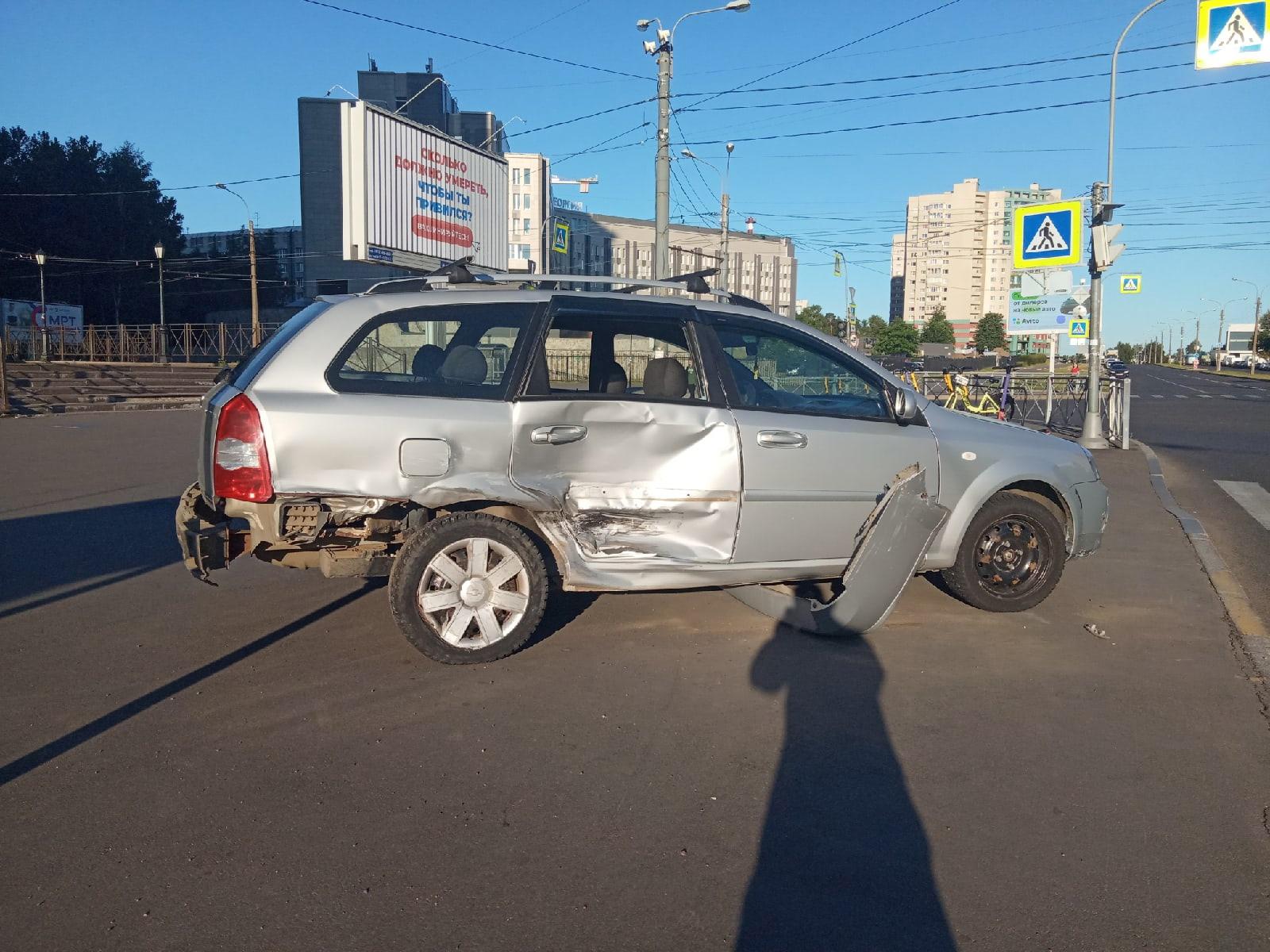 На севере Петербурга таксист попал в аварию на пустом перекрёстке. Его реабилитирует видео
