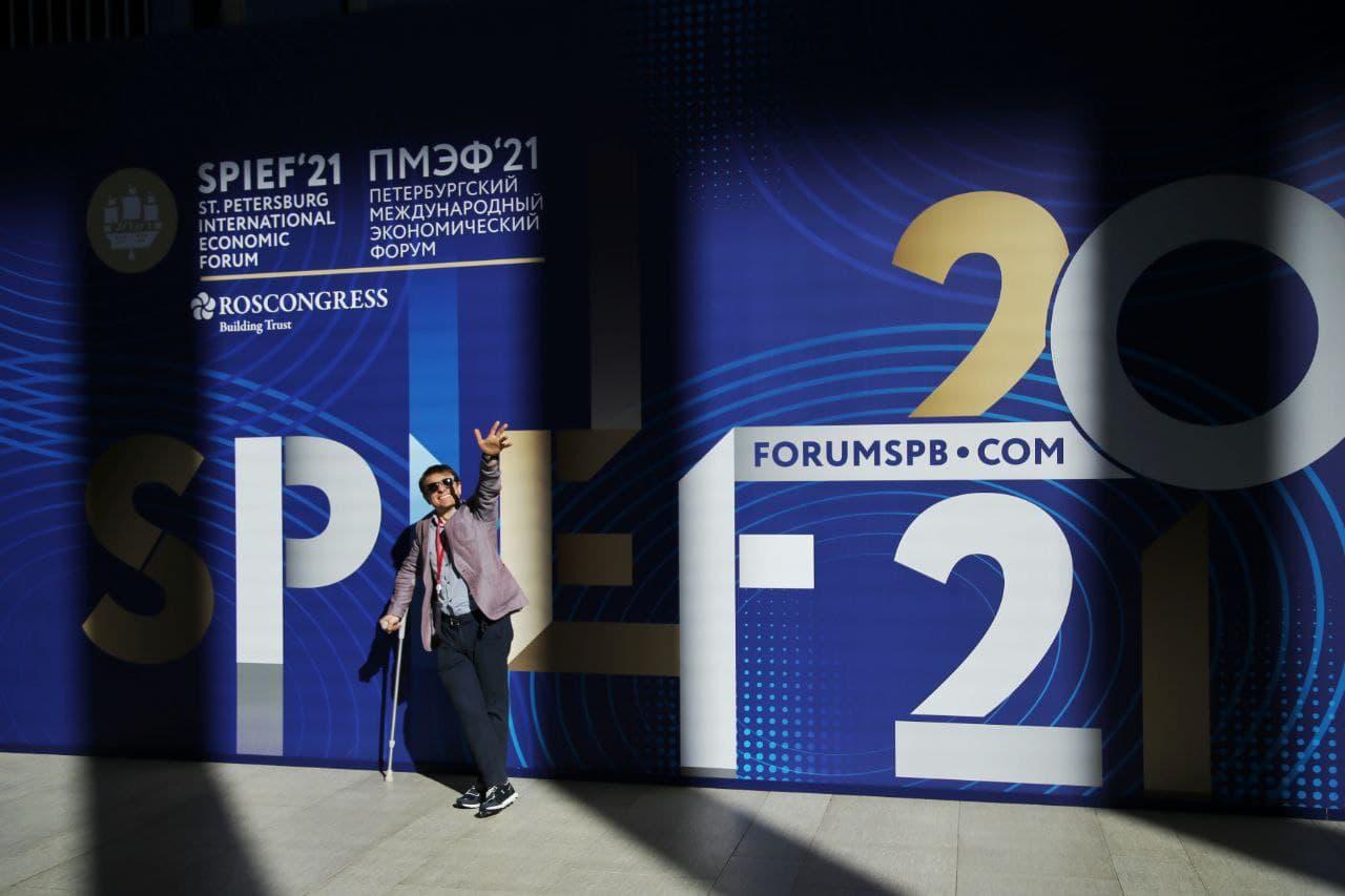 Танцы за стеклярус. В Петербурге открылся международный форум, где можно не извиняться за слова