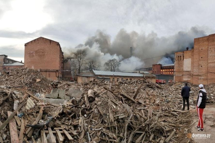 Пейзаж с руинами. Чем жили и живут арендаторы сгоревшей «Невской мануфактуры»