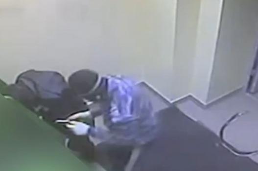 В Сургуте двое неудачливых грабителей из Екатеринбурга пытались взорвать банкомат. Видео